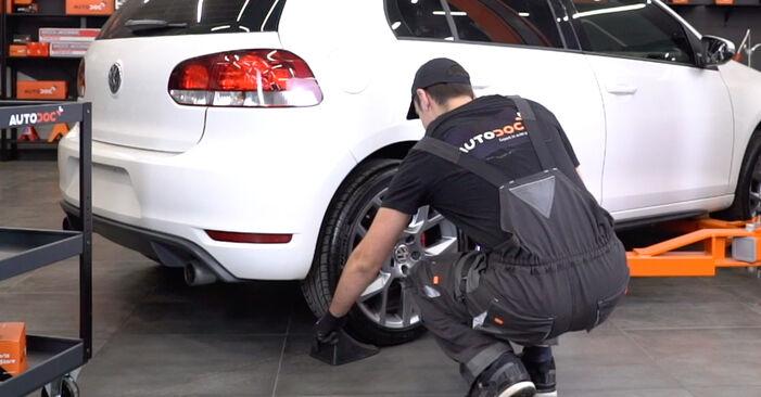 Wie Bremsscheiben VW GOLF VI (5K1) 2.0 TDI 2004 austauschen - Schrittweise Handbücher und Videoanleitungen