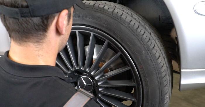 MERCEDES-BENZ E-CLASS E 240 2.6 (211.061) Bremsbeläge ausbauen: Anweisungen und Video-Tutorials online