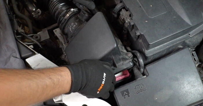 Replacing Air Filter on Ford Focus mk2 Saloon 2003 1.6 TDCi by yourself