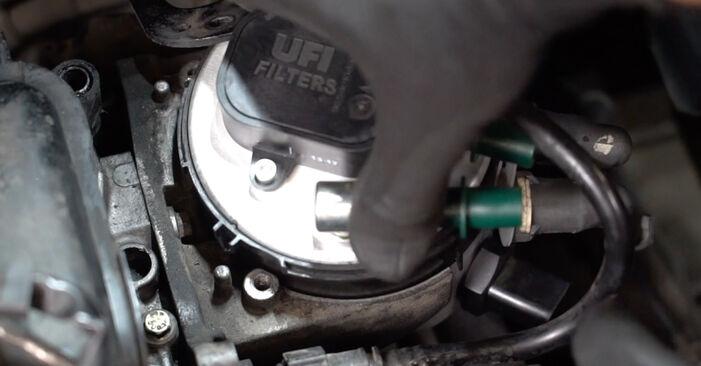 Austauschen Anleitung Kraftstofffilter am Ford Focus mk2 Limousine 2003 1.6 TDCi selbst