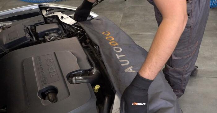 Wie Kraftstofffilter FORD Focus II Limousine (DB_, FCH, DH) 1.8 TDCi 2004 austauschen - Schrittweise Handbücher und Videoanleitungen