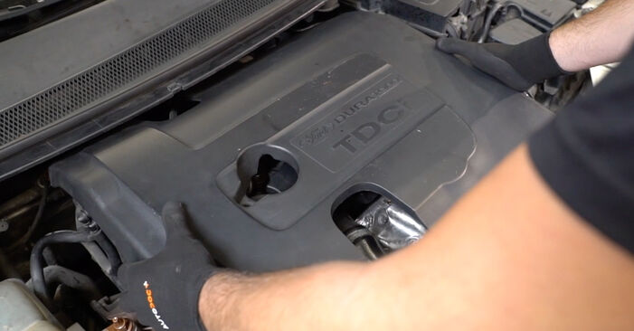 Wie schwer ist es, selbst zu reparieren: Kraftstofffilter Ford Focus mk2 Limousine 1.4 2004 Tausch - Downloaden Sie sich illustrierte Anleitungen