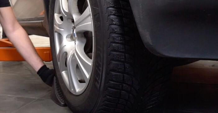 Wie man BMW X5 4.8 is 2004 Bremsbeläge wechselt - Einfach nachzuvollziehende Tutorials online
