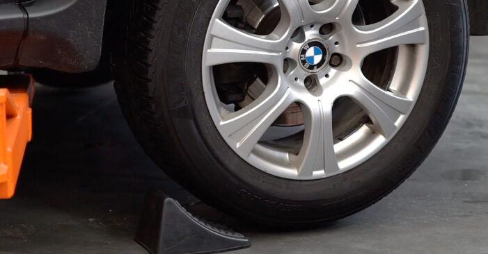 Wie schmierig ist es, selber zu reparieren: Bremsbeläge beim BMW E53 3.0 i 2006 wechseln – Downloaden Sie sich Bildanleitungen