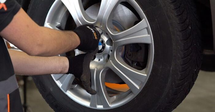 BMW X5 4.8 is Querlenker ausbauen: Anweisungen und Video-Tutorials online