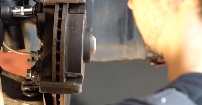 Schrittweise Anleitung zum eigenhändigen Ersatz von BMW e46 Cabrio 2003 323Ci 2.5 Bremsscheiben