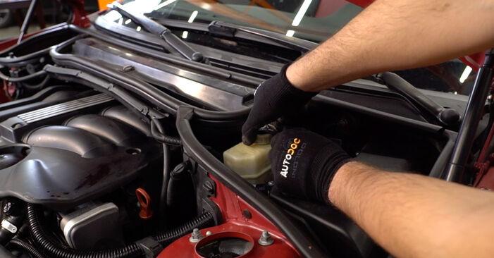 Zweckdienliche Tipps zum Austausch von Bremsschläuche beim BMW 3 Cabrio (E46) 325Ci 2.5 2004