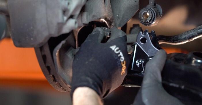 Kaip pakeisti MERCEDES-BENZ E Klasė Saloon (W210) E 300 3.0 Turbo Diesel (210.025) 1996 Vikšro Valdymo Svirtis - išsamios instrukcijos ir vaizdo pamokos