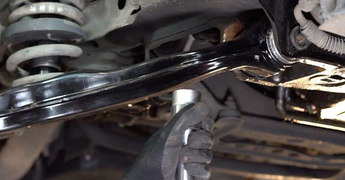 Ar sudėtinga pasidaryti pačiam: Mercedes W210 E 240 2.4 (210.061) 2001 Vikšro Valdymo Svirtis keitimas - atsisiųskite iliustruotą instrukciją