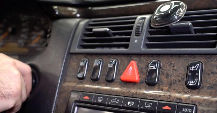 Remplacer Filtre d'Habitacle sur Mercedes W210 1996 E 300 3.0 Turbo Diesel (210.025) par vous-même