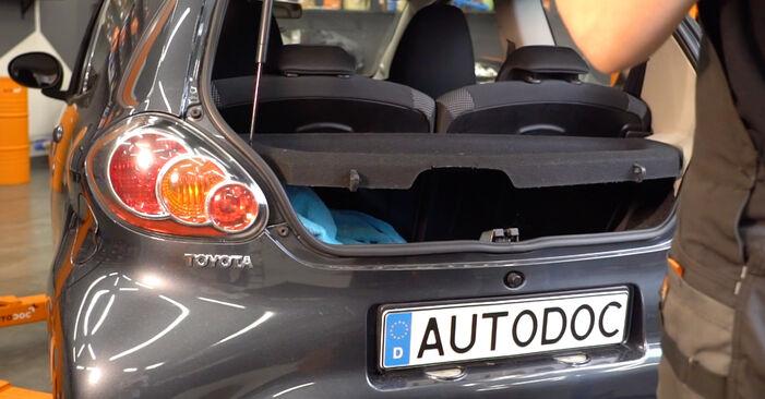 Wie Heckklappendämpfer Toyota Aygo ab1 1 2005 tauschen - Kostenlose PDF- und Videoanleitungen
