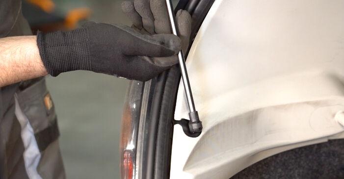 Heckklappendämpfer Ihres Toyota Aygo ab1 1.0 GPL (KGB10_) 2013 selbst Wechsel - Gratis Tutorial