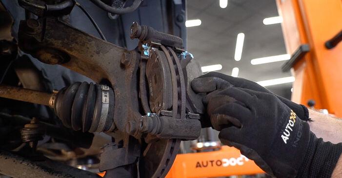 TOYOTA AYGO 1 Bremsbeläge ausbauen: Anweisungen und Video-Tutorials online