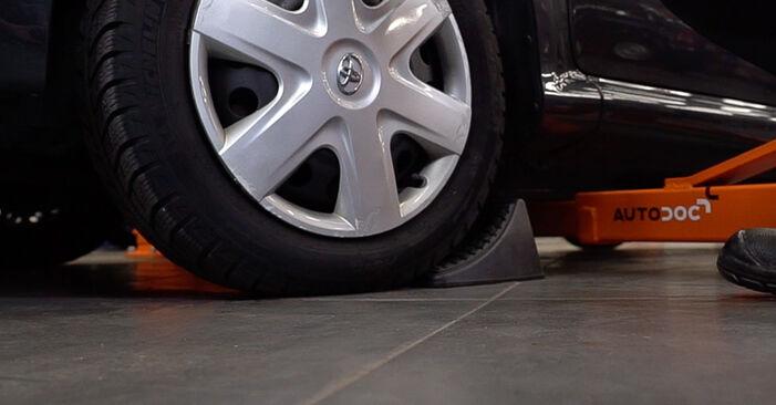 Wie Bremsbeläge beim Toyota Aygo ab1 2005 gewechselt werden - Unentgeltliche PDF- und Videoanweisungen