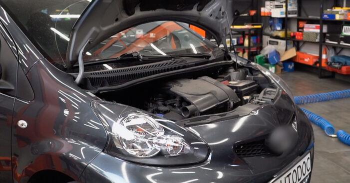 Wie schwer ist es, selbst zu reparieren: Hauptscheinwerfer Toyota Aygo ab1 1 2011 Tausch - Downloaden Sie sich illustrierte Anleitungen