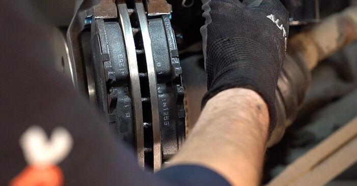 Tausch Tutorial Bremsscheiben am MERCEDES-BENZ VITO Bus (638) 2000 wechselt - Tipps und Tricks