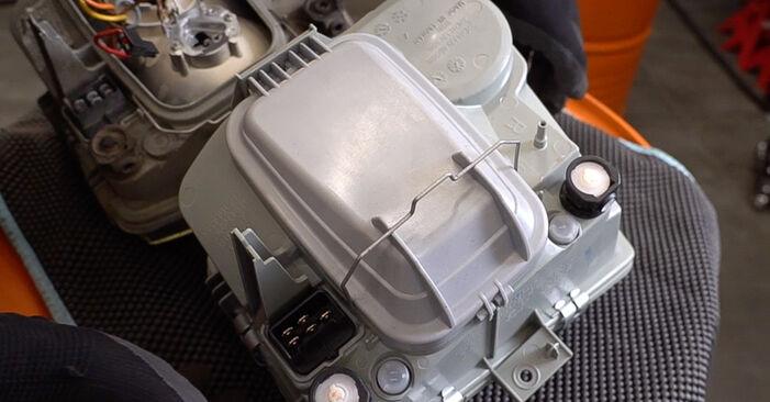 Wie Hauptscheinwerfer MERCEDES-BENZ VITO Bus (638) 108 CDI 2.2 (638.194) 1997 austauschen - Schrittweise Handbücher und Videoanleitungen