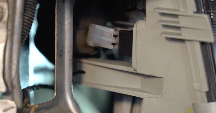 Wie schwer ist es, selbst zu reparieren: Hauptscheinwerfer Mercedes W638 Bus 113 2.0 (638.114, 638.194) 2002 Tausch - Downloaden Sie sich illustrierte Anleitungen