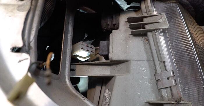 Hauptscheinwerfer am MERCEDES-BENZ VITO Bus (638) 114 2.3 (638.134, 638.194) 2001 wechseln – Laden Sie sich PDF-Handbücher und Videoanleitungen herunter