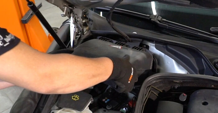 Kiek užtrunka keitimas: Mercedes W211 2002 Oro filtras, keleivio vieta - informatyvi PDF instrukcija