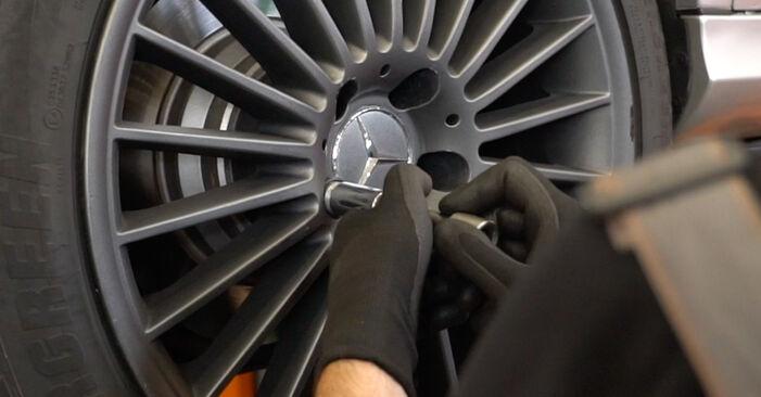 Mercedes W211 E 270 CDI 2.7 (211.016) 2004 Spyruoklės keitimas: nemokamos remonto instrukcijos