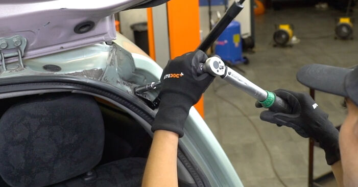 Πόσο διαρκεί η αντικατάσταση: Αμορτισέρ Πορτ Μπαγκαζ στο Toyota Yaris p1 2000 - ενημερωτικό εγχειρίδιο PDF