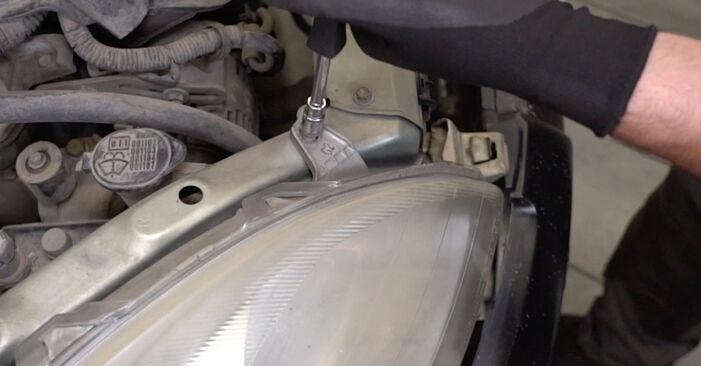 Vaihtaa Ajovalot itse Toyota Yaris p1 2002 1.0 (SCP10_) -autoon