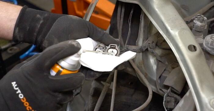 Vaiheittaiset suositukset Toyota Yaris p1 2005 1.5 (NCP13_) -auton Ajovalot-osien tee se itse -vaihtoon