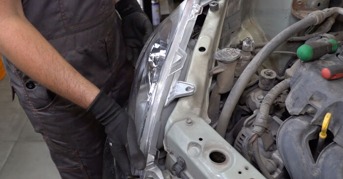 Kuinka vaihtaa Ajovalot Toyota Yaris p1 1999 -autoon - ilmaiset PDF- ja video-oppaat