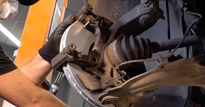Wie schwer ist es, selbst zu reparieren: Bremsscheiben Renault Scenic 2 1.9 dCi 2009 Tausch - Downloaden Sie sich illustrierte Anleitungen