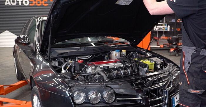 Wie man Bremsbeläge am Alfa Romeo 159 Sportwagon 2005 ersetzt - Kostenfreie PDF- und Videotipps