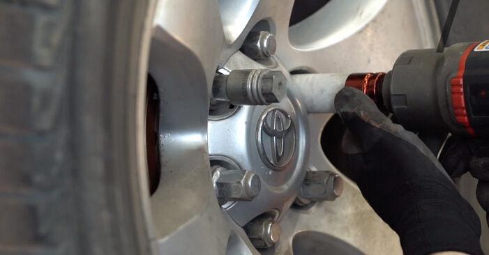 Mudar Braço De Suspensão no Toyota Prado J120 2010 não será um problema se você seguir este guia ilustrado passo a passo