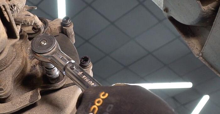 Wie schwer ist es, selbst zu reparieren: Bremsscheiben Toyota Prado J120 3.0 D 2001 Tausch - Downloaden Sie sich illustrierte Anleitungen