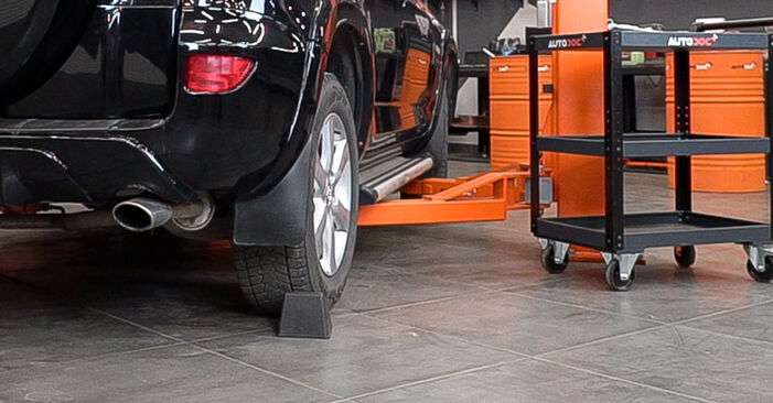 Cum să înlocuiți TOYOTA RAV 4 III (ACA3_, ACE_, ALA3_, GSA3_, ZSA3_) 2.2 D 4WD (ALA30_) 2006 Placute Frana – manualele pas cu pas și ghidurile video