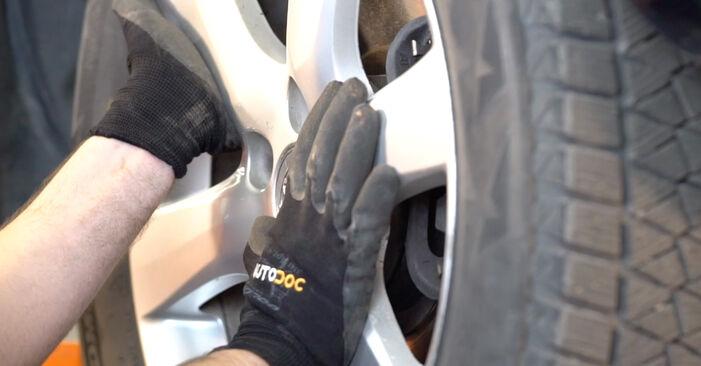 Mudar Ponteiras de Direcção no Toyota RAV4 III 2013 não será um problema se você seguir este guia ilustrado passo a passo