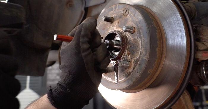 Mudar Rolamento da Roda no Toyota RAV4 III 2013 não será um problema se você seguir este guia ilustrado passo a passo