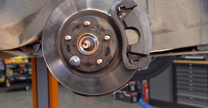 Quão difícil é efetuar a substituição de Rolamento da Roda no Toyota RAV4 III 2.0 4WD 2011 por si mesmo - descarregue o guia ilustrado