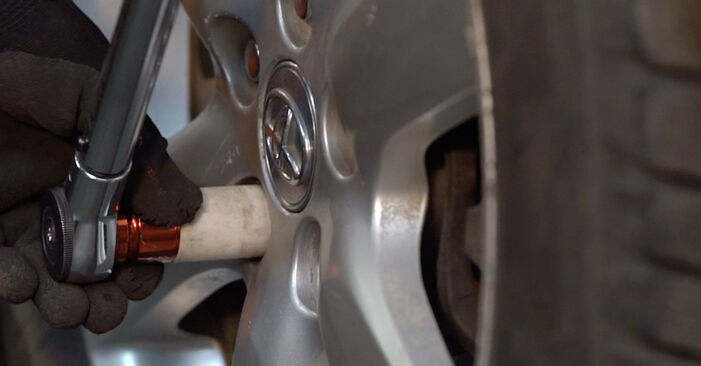 Sostituzione di TOYOTA RAV4 2.2 D 4WD (ALA30_) Braccio Oscillante: guide online e tutorial video