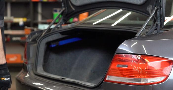 Cómo cambiar Amortiguador De Maletero en un BMW E92 2005 - Manuales en PDF y en video gratuitos