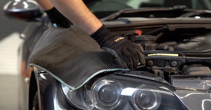 Wie Bremsscheiben BMW 3 Coupe (E92) 320d 2.0 2005 austauschen - Schrittweise Handbücher und Videoanleitungen
