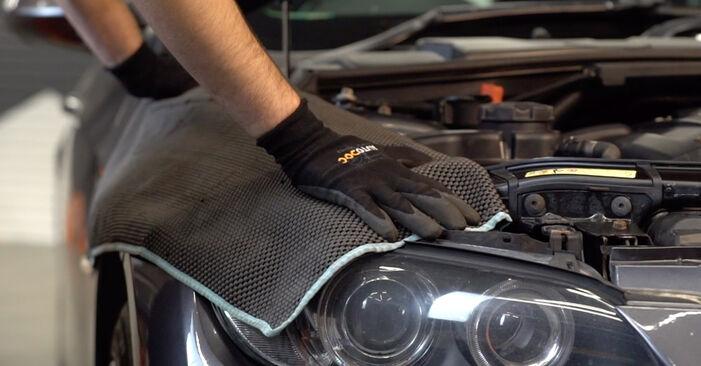 Wie Bremsbeläge BMW 3 Coupe (E92) 320d 2.0 2002 austauschen - Schrittweise Handbücher und Videoanleitungen