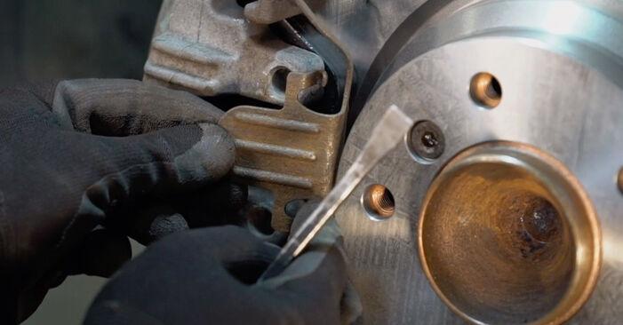Wie schwer ist es, selbst zu reparieren: Bremsbeläge BMW E92 320i 2.0 2007 Tausch - Downloaden Sie sich illustrierte Anleitungen