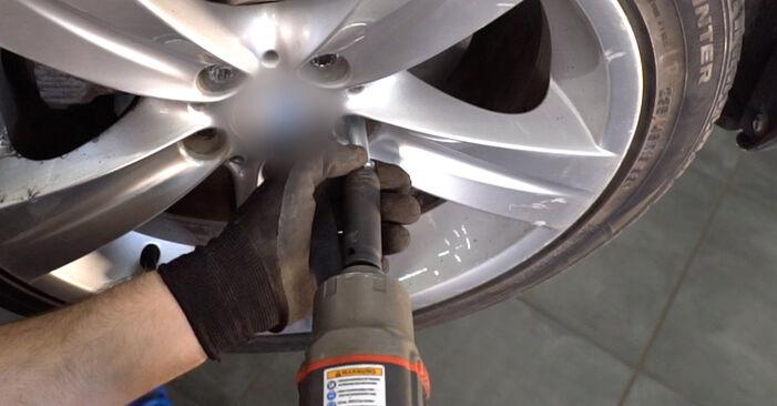 Austauschen Anleitung Bremsbeläge am BMW E92 2001 335i 3.0 selbst