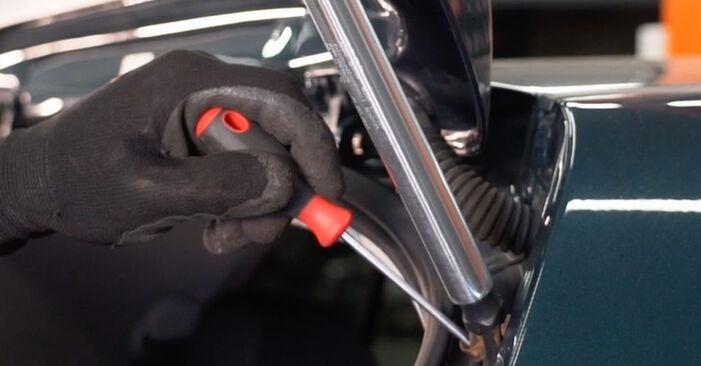 Heckklappendämpfer beim VW GOLF 1.6 2004 selber erneuern - DIY-Manual