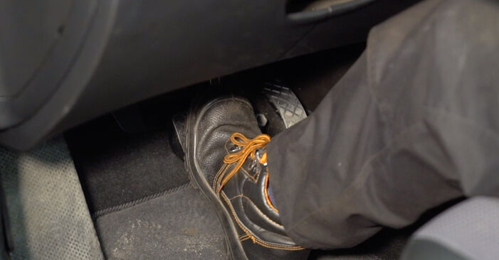 Golf IV Hatchback (1J1) 1.8 T 1999 Brake Calipers DIY replacement workshop manual