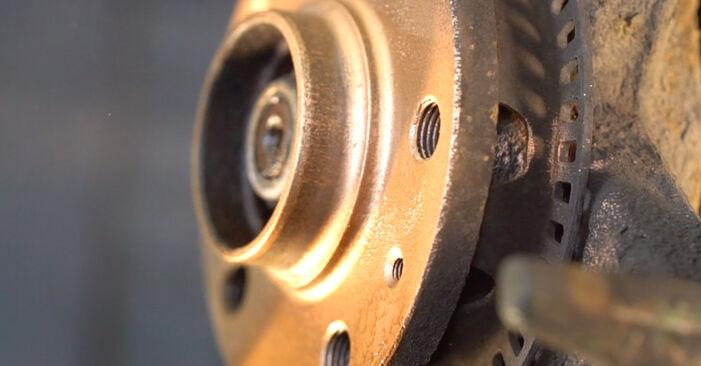Wie man Bremsscheiben am VW Golf IV Schrägheck (1J1) 2000 ersetzt - Hinweise und Ratschläge