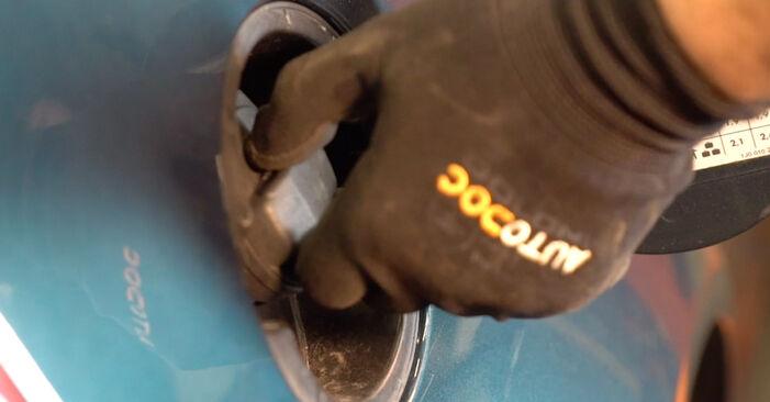 Wie Kraftstofffilter VW Golf IV Schrägheck (1J1) 1.6 1998 austauschen - Schrittweise Handbücher und Videoanleitungen
