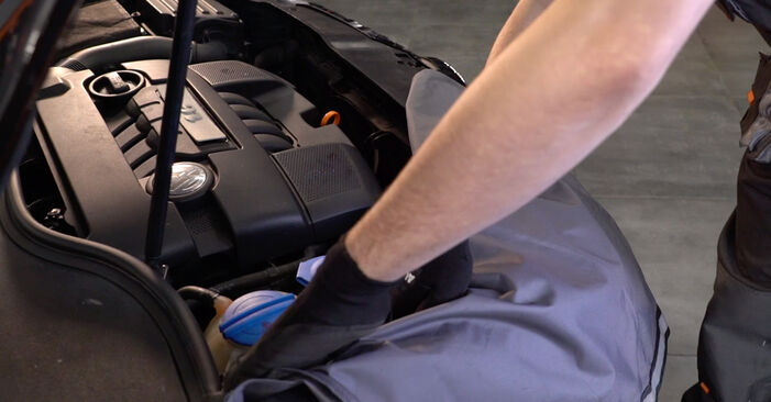 Kaip pakeisti VW Golf V Hatchback (1K1) 1.9 TDI 2004 Spyruoklės - išsamios instrukcijos ir vaizdo pamokos
