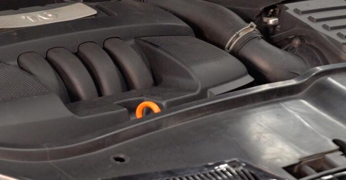 Înlocuirea de sine stătătoare VW Golf V Hatchback (1K1) 2.0 GTI 2003 Filtru combustibil - tutorialul online