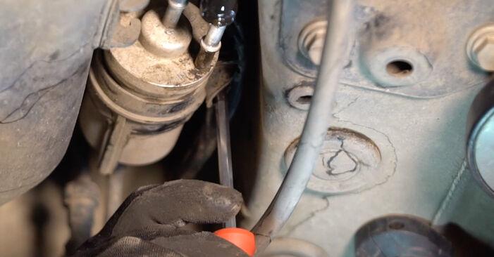 Cum să demontați VW GOLF 2.0 TDI 16V 2007 Filtru combustibil - instrucțiunile online ușoare de urmărit